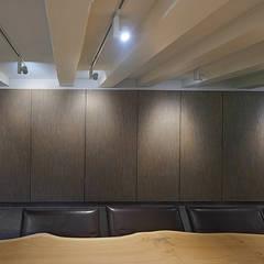Herengracht souterrain: eclectische Mediakamer door Architectenbureau Vroom