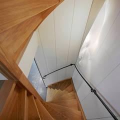 Twee onder een eigen kap:  Gang en hal door Architectenbureau Vroom