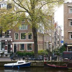 Hoek Herengracht en Bergstraat:  Huizen door Architectenbureau Vroom