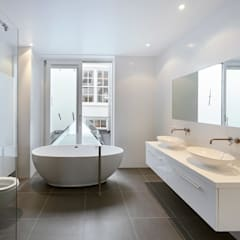 Herboren aan de grachtengordel:  Badkamer door Architectenbureau Vroom, Mediterraan