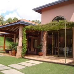 บ้านและที่อยู่อาศัย by Bia Maia & Guta Carvalho Arquitetura, Design e Paisagismo