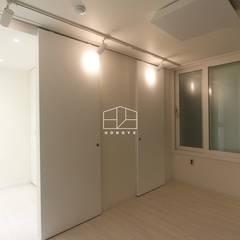 내추럴한 분위기의 34py 아파트 인테리어 : 홍예디자인의  드레스 룸,북유럽