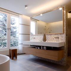 Lichtdurchfluteter Raum:  Badezimmer von Tuba Design