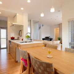 キッチンと横並びのダイニングテーブル: シーズ・アーキスタディオ建築設計室が手掛けたダイニングです。