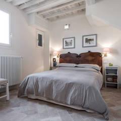 B&B AT02: Camera da letto in stile  di STUDIO ARCHIFIRENZE