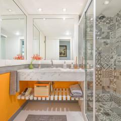 Apartamento Tangerina: Banheiros  por Emmilia Cardoso Designers Associados,Moderno