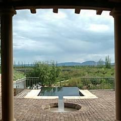 Piscina, viñedos y sierras: Terrazas de estilo  por Azcona Vega Arquitectos