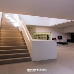 Plataforma das Artes-Guimarães: Centros de exposições  por Mercado da Pedra