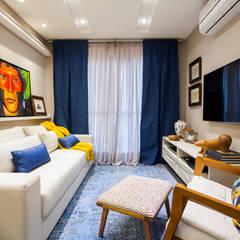 Sala de estar colorida: Salas de estar ecléticas por Estúdio HL - Arquitetura e Interiores