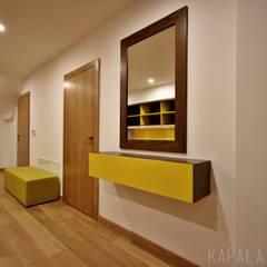 Projekt wnętrza domu w Warszewie: styl , w kategorii Korytarz, przedpokój zaprojektowany przez kapaladesign