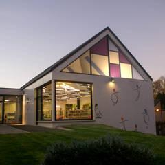 Construction du pôle de jeunesse et culture à Isigny le Buat: Ecoles de style  par Camélia Alex-Letenneur Architecture Design Paysage