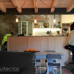 Cocina y estar: Cocinas de estilo  de b+t arquitectos