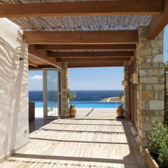 Vila Seacrest - Ilha de Paros - Ciclades - Grécia Varandas, alpendres e terraços mediterrâneo por Carlos Eduardo de Lacerda Arquitetura e Planejamento Mediterrâneo