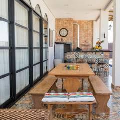 Residência L&E Foz do Iguaçu - PR: Terraços  por Marcelo Lopes Arquitetura