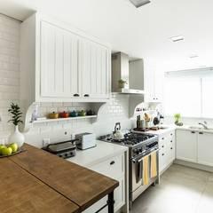 Apto Praia Brava: Cozinhas  por Flavia Guglielmi Arquitetura