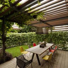 Giardini Segreti a Mantova: Terrazza in stile  di SDC-Milano
