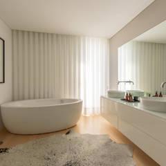 Moradia em Braga: Casas de banho  por NOZ-MOSCADA INTERIORES,