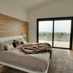 Villa en Sa Cabaneta: Dormitorios de estilo  de Bornelo Interior Design