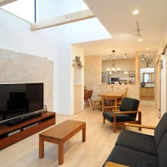 Salas / recibidores de estilo  por 遊友建築工房