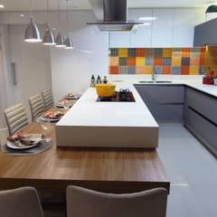 Reforma de Cozinha - Florianópolis: Cozinhas  por Marina Turnes Arquitetura & Interiores