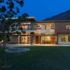 La Casa se integra con el entorno: Casas de estilo  por DLPS Arquitectos