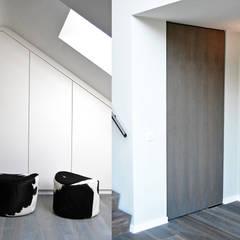 Villa Waalwijk: minimalistische Kleedkamer door Ecker Keukens en Interieur