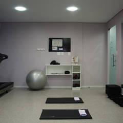 Ruang Fitness oleh Carla Almeida Arquitetura