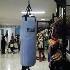 LABELLA MAFIA: Centros comerciales de estilo  por ION arquitectura SAS, Minimalista
