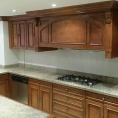 REMODELACIÓN Y RESTAURACIÓN : Cocinas de estilo clásico por LABORATO ARQUITECTURA & DISEÑO