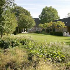 Luxe boerderijtuin met zwembad en vijver:  Tuin door Van Mierlo Tuinen | Exclusieve Tuinontwerpen