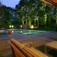 Luxe boerderijtuin met zwembad en vijver:  Zwembad door Van Mierlo Tuinen | Exclusieve Tuinontwerpen