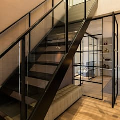 RENOVATIE APPARTEMENT AMSTERDAM:  Gang en hal door DENOLDERVLEUGELS Architects & Associates