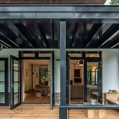 LANDELIJKE RIETGEDEKTE VILLA NAARDEN:  Terras door DENOLDERVLEUGELS Architects & Associates, Landelijk
