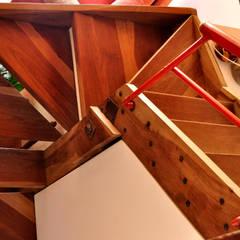 VIVIENDA UNIFAMILIAR Pasillos, vestíbulos y escaleras rústicos de AM Estudios Rústico Madera maciza Multicolor