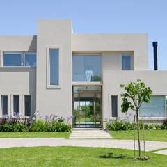 FACHADA: Casas de estilo  por Parrado Arquitectura