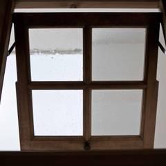 北欧インテリアの似合う家: 遊友建築工房が手掛けた窓です。