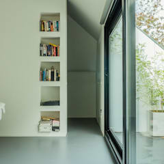 Verbouwing zolder tot luxe slaapkamer met open badkamer, studie en loggia met zicht op het bos: moderne Slaapkamer door Joep van Os Architectenbureau