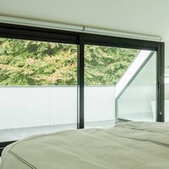 Verbouwing zolder tot luxe slaapkamer met open badkamer, studie en loggia met zicht op het bos:  Slaapkamer door Joep van Os Architectenbureau
