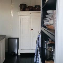 Totaal interieurontwerp stadsboerderij uit eind 1800:  Keuken door Makien Verkroost interior design + styling