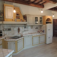 Abitazione ristrutturata in stile rustico/moderno: Cucina in stile  di Nadia Moretti