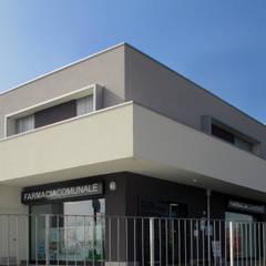 EDIFICIO POLIFUNZIONALE [PALOSCO] www.marlegno.it – Progetto: Arch. Barcella: Negozi & Locali commerciali in stile  di Marlegno
