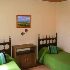 complejo de cabañas: Dormitorios infantiles de estilo  por KUN&Aso