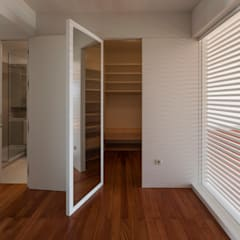 Interior do quarto novo - closet: Closets  por ABPROJECTOS