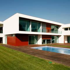 Vista do exterior com a piscina: Piscinas  por Central Projectos