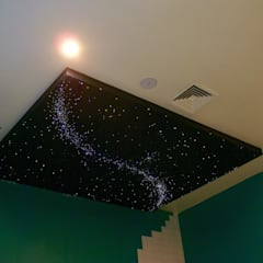 Fiber Optic Star Ceiling Bathroom with Milky Way + Shooting stars:  Winkelruimten door MyCosmos