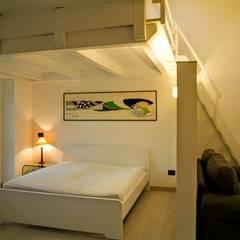 casa di Laura e Robert: Camera da letto in stile  di enrico girardi architetto