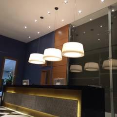 Projeto corporativo exclusivo para a nova recepção social e lounge de espera para empresa na Barra da Tijuca, Rio de Janeiro.: Centros de congressos  por Lucio Nocito Arquitetura e Design de Interiores