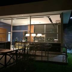 Projeto corporativo exclusivo para a nova recepção social e lounge de espera para empresa na Barra da Tijuca, Rio de Janeiro.: Centros de exposições  por Lucio Nocito Arquitetura e Design de Interiores