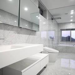 [엔디하임] 군더더기 없는 플랫한 스타일의 주택 - 서울 종로: 엔디하임 - ndhaim의  욕실,모던