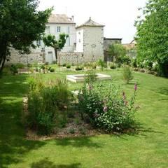 jardin de la roseraie: Jardin d'hiver de style  par AGENCE B JARDINS & PAYSAGES